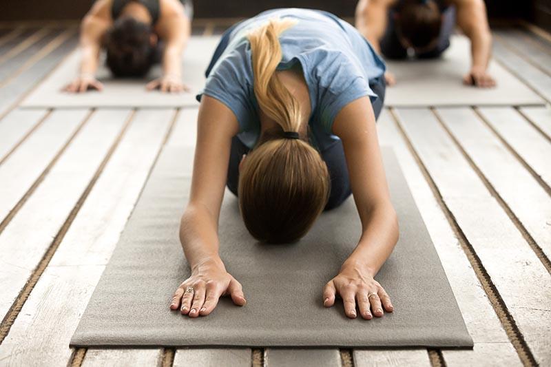 Personen beim Yoga